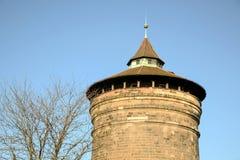 Il vecchio mattone storico blocca la torre con chiaro cielo blu nell'inverno fotografia stock