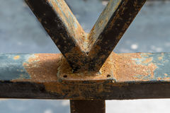 Il vecchio metallo della struttura ha ottenuto la ruggine su superficie e quasi su danno Immagini Stock Libere da Diritti
