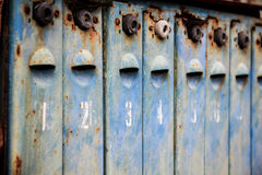 Il vecchio metallo ha arrugginito e numerato le cassette delle lettere fotografie stock libere da diritti
