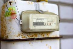 Il vecchio metro dell'elettricità con il calcolo nei chilowatt ha sigillato immagini stock