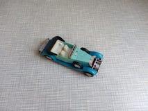il vecchio modello blu dell'automobile su un fondo grigio Immagini Stock