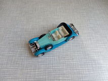 il vecchio modello blu dell'automobile su un fondo grigio Fotografia Stock