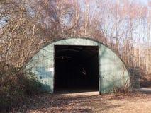 il vecchio modo inutilizzato della porta del bunker ha sparso la terra esterna immagini stock libere da diritti