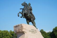 Il vecchio monumento a Peter il grande primo piano bronzeo del cavallerizzo sul fondo del cielo blu St Petersburg, Russia Fotografia Stock