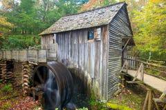 Il vecchio mulino del grano da macinare fotografia stock