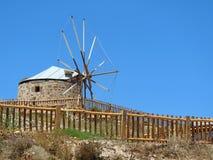 Il vecchio mulino a vento tradizionale dietro di legno recinta la Grecia Fotografia Stock Libera da Diritti