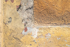 Il vecchio muro di cemento stagionato con i danni e le crepe strutturano il fondo Fotografia Stock Libera da Diritti
