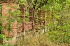 Il vecchio muro di mattoni è stato abbandonato fotografia stock libera da diritti