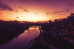 Il vecchio orizzonte della città di Oporto, Portogallo dall'altro lato del fiume del Duero, è immagine stock libera da diritti