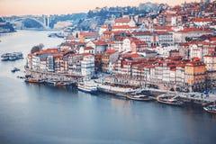 Il vecchio orizzonte della città di Oporto, Portogallo dall'altro lato del fiume del Duero, è fotografia stock libera da diritti