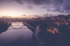Il vecchio orizzonte della città di Oporto, Portogallo dall'altro lato del fiume del Duero, è immagini stock