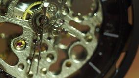 Il vecchio orologio da tasca del primo piano sta girando stock footage