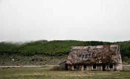 Il vecchio orrore spaventoso spettrale ha abbandonato la casa in un mezzo di in nessun posto Fotografia Stock Libera da Diritti