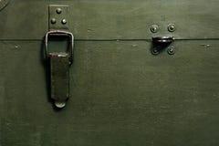 Il vecchio panno militare d'annata della serratura delle munizioni di stoccaggio di verde della scatola graffia gli uomini rotti  immagine stock