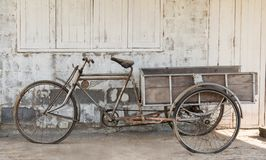 Il vecchio pedicab e polveroso immagini stock