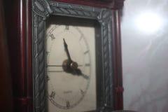 Il vecchio pezzo forte dell'orologio mini si raffredda fotografie stock
