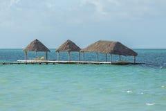 Il vecchio pilastro di legno assomiglia al galleggiamento nell'alta marea dell'oceano Fotografia Stock Libera da Diritti