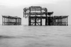 Il vecchio pilastro rovinato e fuori bruciato a Brighton Fotografie Stock