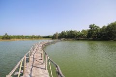 Il vecchio ponte di legno in lago di Chumphon Tailandia Fotografia Stock