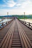Il vecchio ponte di legno in Sangklaburi Immagine Stock