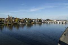 Il vecchio ponte medievale della st Servaas di Maastricht collega le due banche della città immagine stock