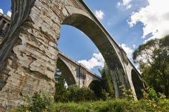 Il vecchio ponte storico Stanczyk concreto, Mazury, Polonia di railwai Immagini Stock