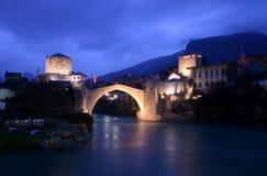 Il vecchio ponte turco di Mostar di notte, la Bosnia Fotografie Stock Libere da Diritti