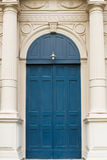 Il vecchio portello di legno blu ha installato immagine stock libera da diritti