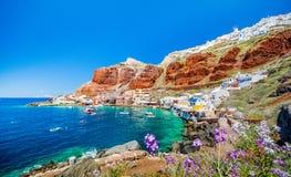 Il vecchio porto di Ammoudi sotto il villaggio famoso di Ia a Santorini fotografia stock