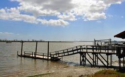 Il vecchio porto di pesca sotto un cielo blu immagine stock libera da diritti