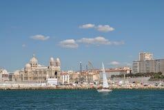 Il vecchio porto marittimo di Marsiglia, della barca a vela nevosa nelle acque di azzurro e nella cattedrale di Sainte-Marie-Maje Fotografie Stock Libere da Diritti