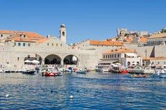 Il vecchio porto a Ragusa ha riempito di turisti e di barche di tutta la s Fotografia Stock