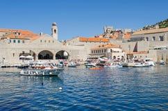 Il vecchio porto a Ragusa ha riempito di turisti e di barche di tutta la s Immagine Stock Libera da Diritti
