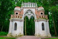 Il vecchio portone del palazzo e del parco pubblico di Tsaritsyno a Mosca, Russia immagini stock libere da diritti