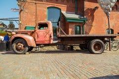 il vecchio retro camion classico d'annata ha parcheggiato contro la costruzione di mattone al distretto storico della distilleria fotografie stock