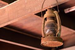 Il vecchio retro stile d'annata ha decorato l'attaccatura delle lampade del soffitto di progettazione Immagine Stock