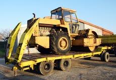 Il vecchio rullo che chiude concreting del camion delle strade ha preparato per il trasporto fotografia stock