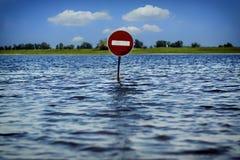 Il vecchio segno non entra Conseguenze dell'inondazione Immagine Stock Libera da Diritti