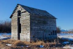 Il vecchio stoccaggio dell'azienda agricola ha sparso vicino all'insenatura di Bragg, Alberta Ca Fotografia Stock
