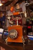 Il vecchio telefono è sulla barra fotografia stock