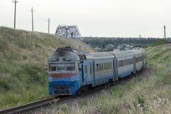 Il vecchio treno arriva alla stazione fotografia stock