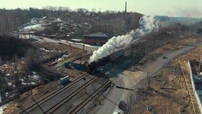 Il vecchio treno viaggia veloce e ronzii stock footage