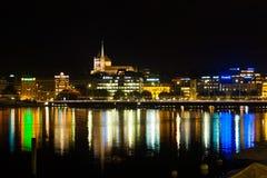 Il vecchio ufficio di notte di lungomare della città di Ginevra illumina la H Fotografia Stock Libera da Diritti