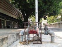 Il vecchio valore ad alta pressione industriale ed i rubinetti metal il tubo Fotografie Stock