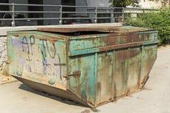 Il vecchio verde ha arrugginito bidone della spazzatura Immagini Stock