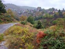 Il vecchio villaggio di Palaios Panteleimonas, attrazione turistica, nei colori di autunno fotografie stock