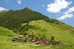Il vecchio villaggio sul pendio di collina Fotografia Stock Libera da Diritti