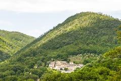 Il vecchio villaggio sulle colline si avvicina a Spoleto Fotografie Stock Libere da Diritti