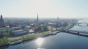 Il vecchio volo dell'aria della città di vecchio di Riga della città volo lento del fuco con le costruzioni e le automobili si av archivi video