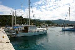 Il vecchio yacht in piccolo porto greco Fotografia Stock Libera da Diritti